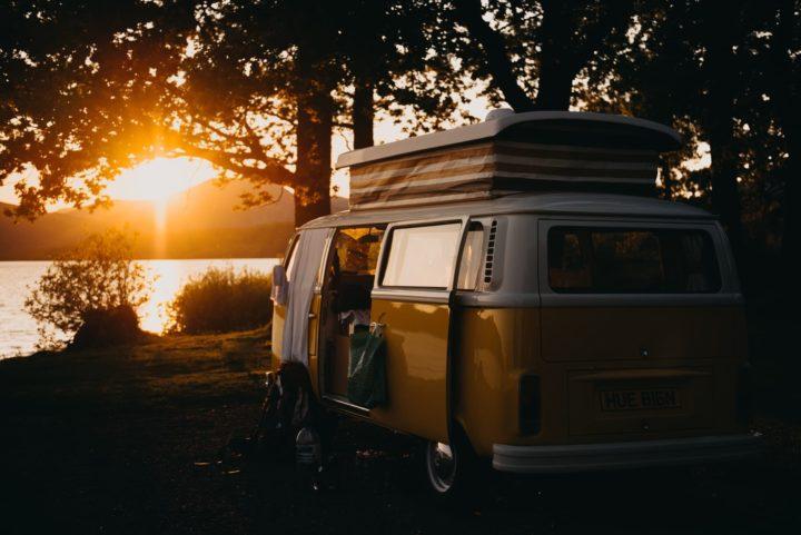 Den Campingbus im Schatten abstellen