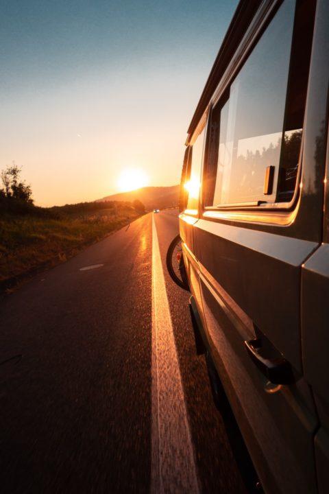 Wohnmobil oder Wohnwagen im Sommer