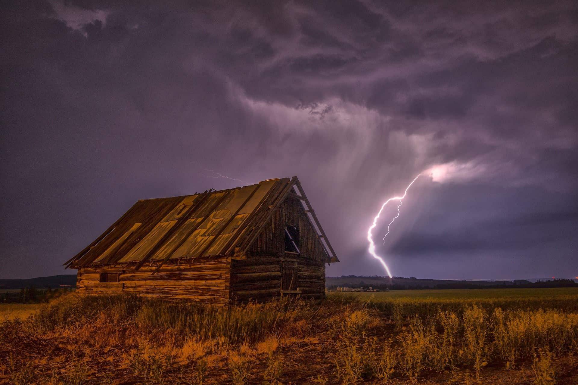 Blitzeinschlag hinter einer Scheune