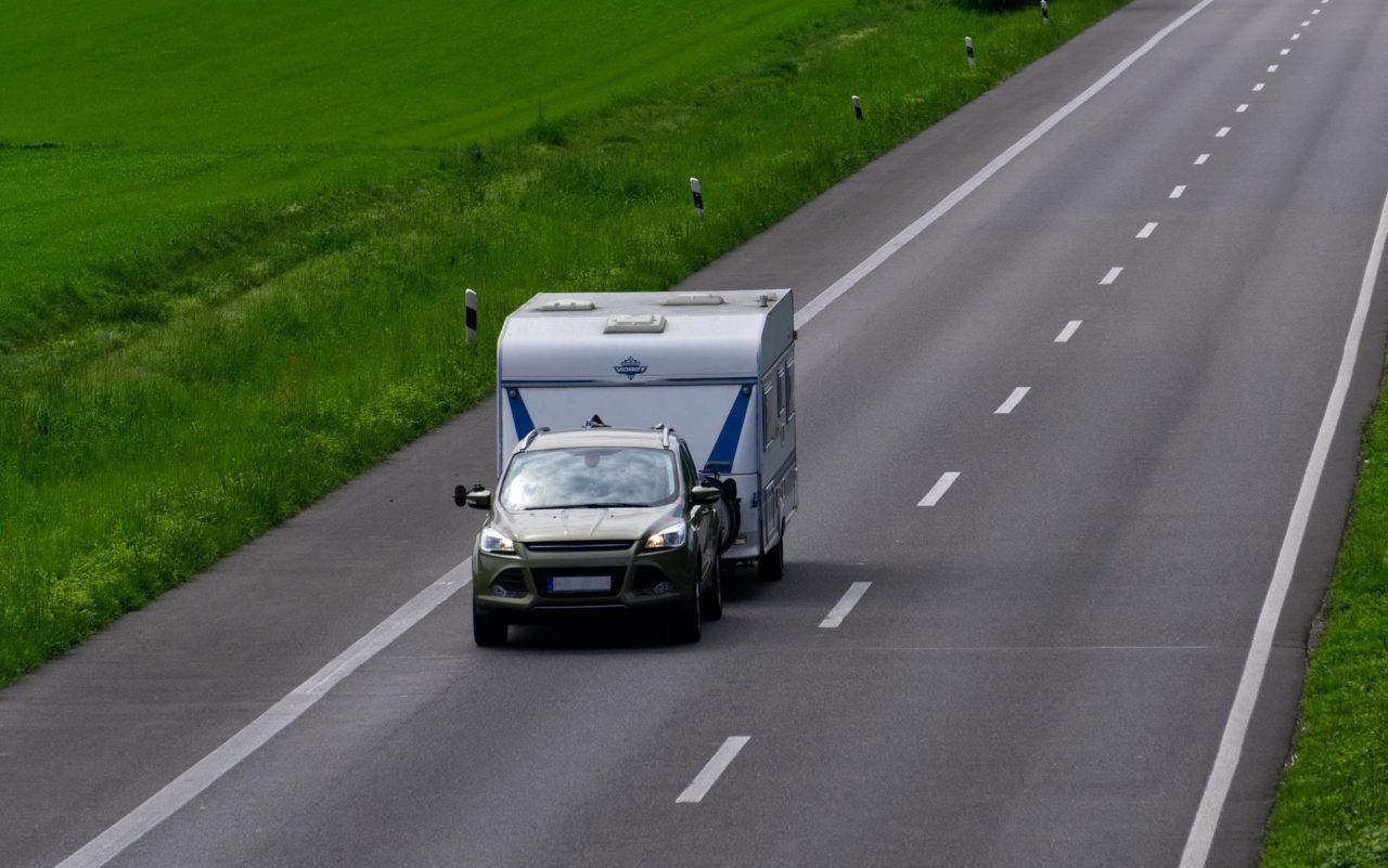 Fahren mit Wohnwagen Gespann