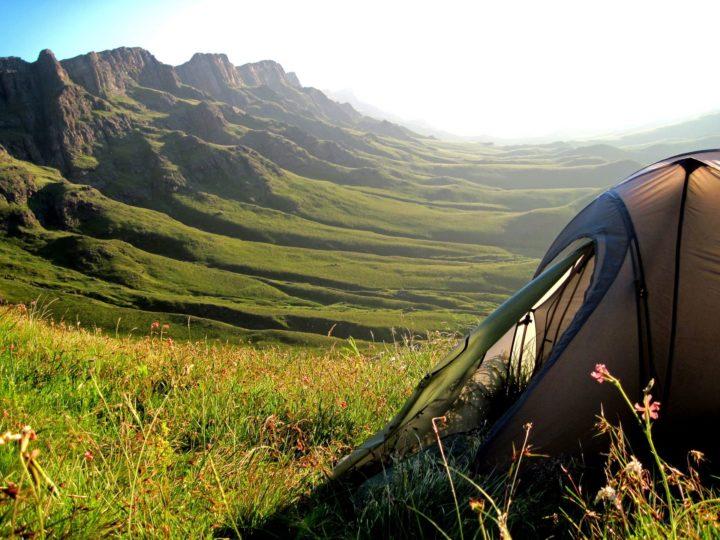 Zelt auf einer Bergwiese