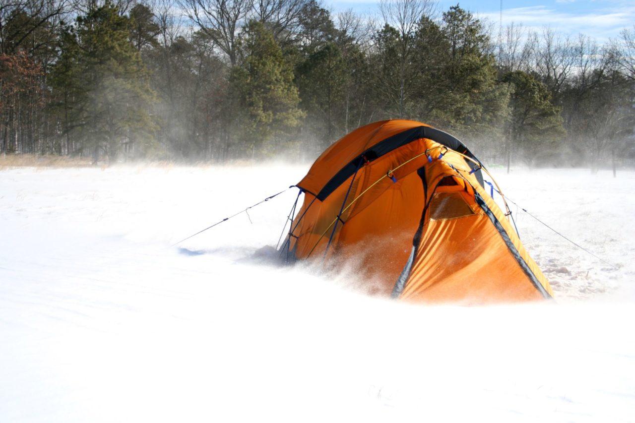 Zelt im Schnee Sturm
