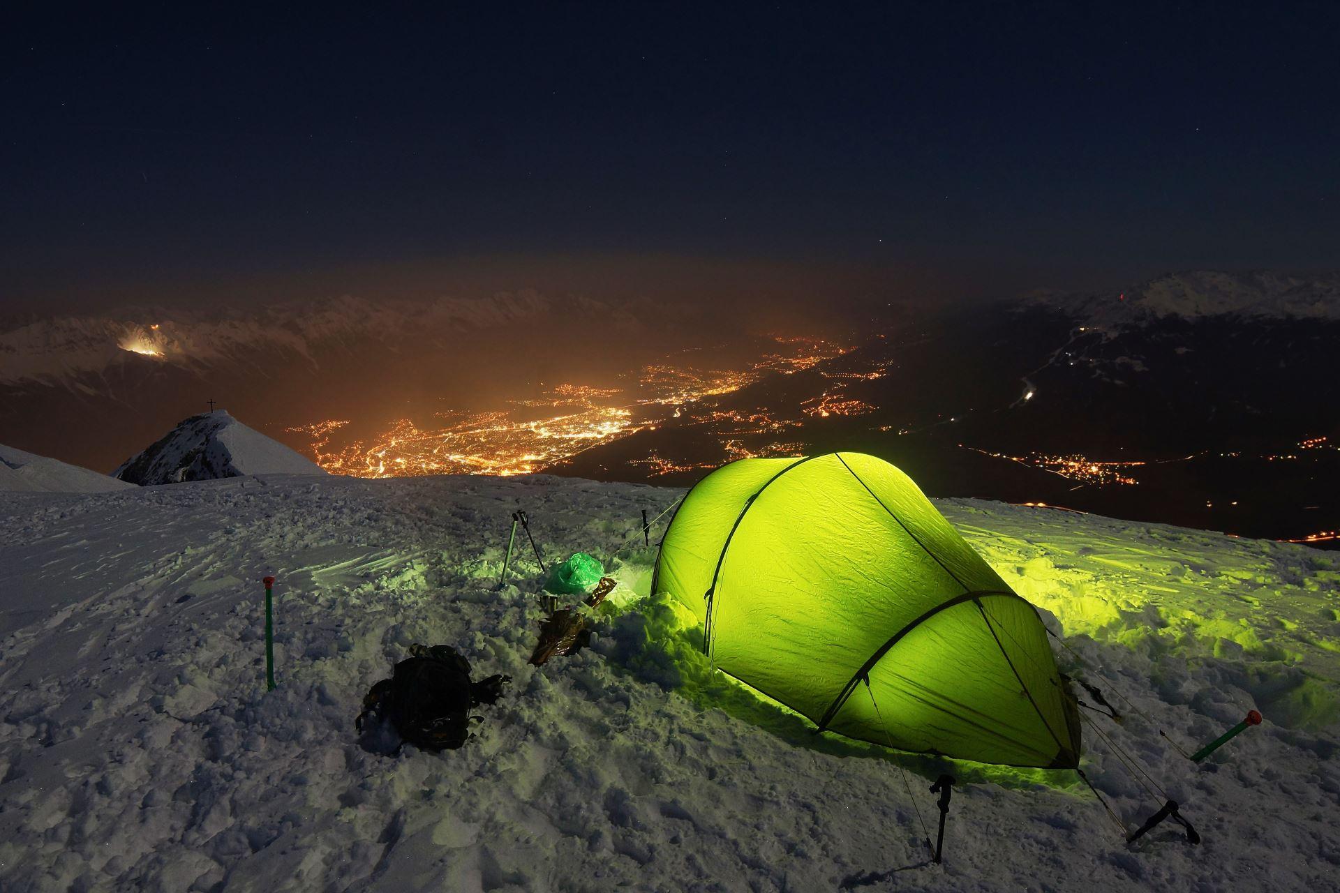 Tunnelzelt im Schnee bei Nacht