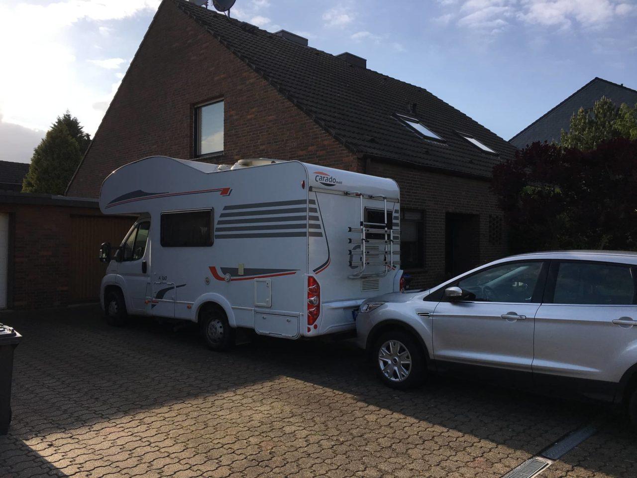 Wohnmobil parkt am Haus