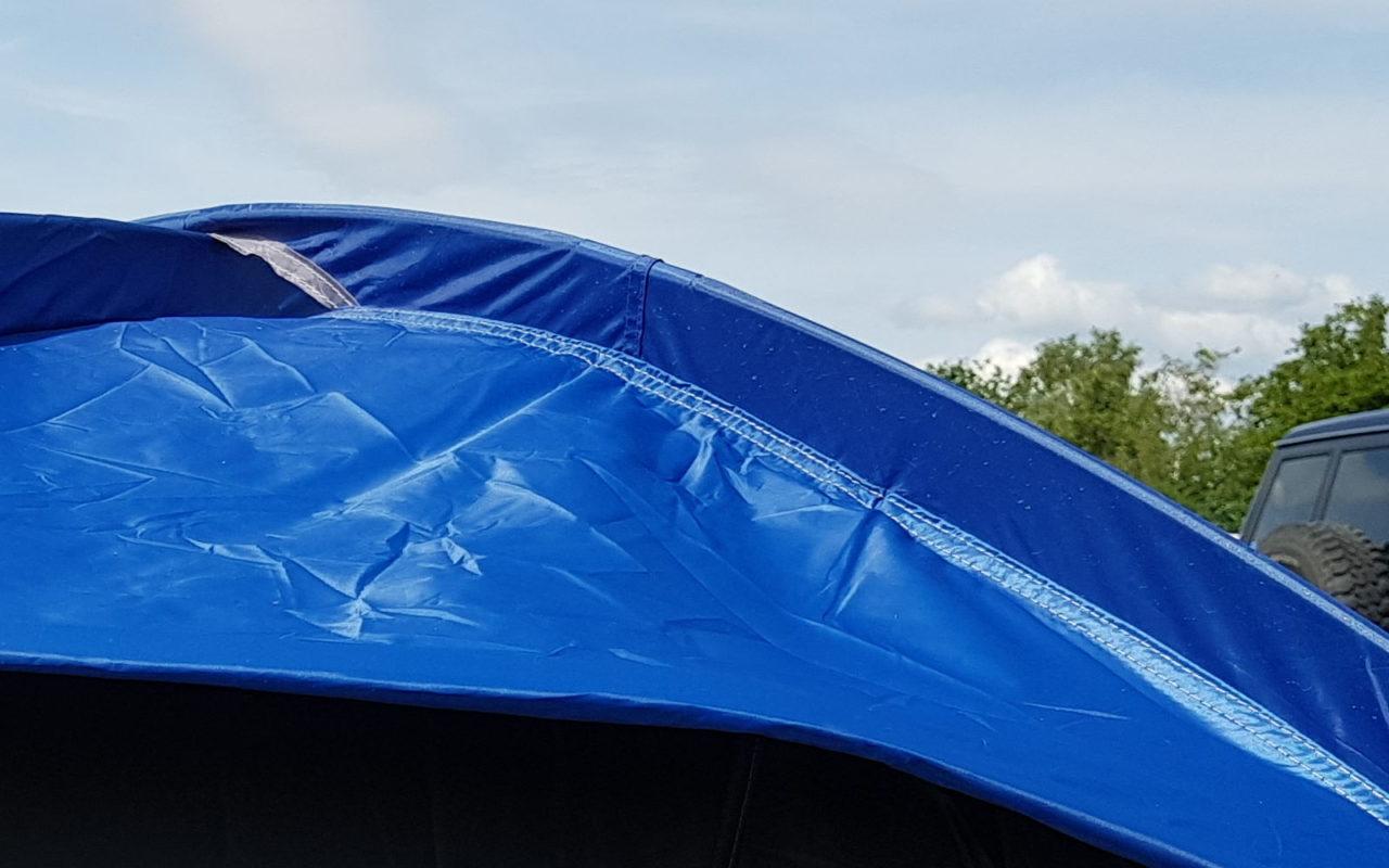 Eine Zeltnaht nach dem Regen