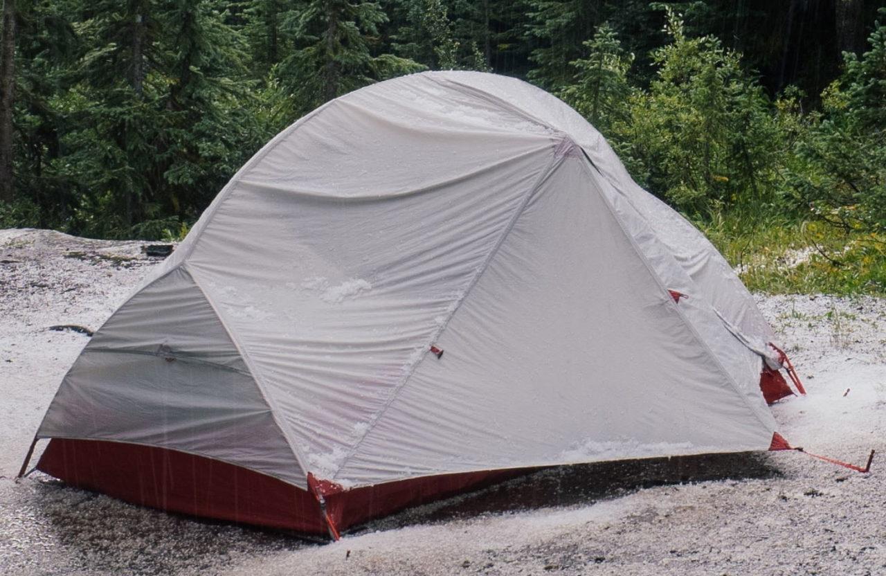 Ein nasses Zelt mit Wasserflecken - die Imprägnierung muss erneuert werden