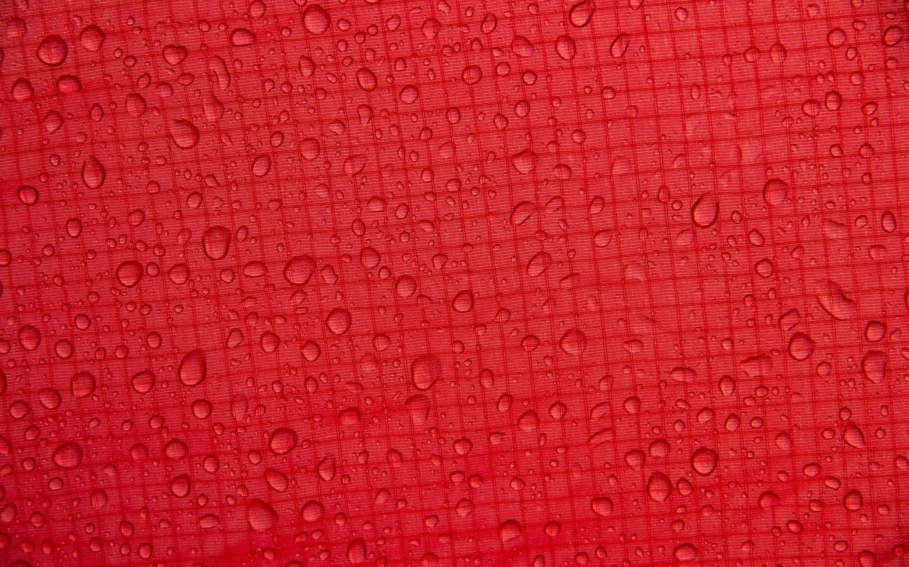 Zelt imprägnieren - Wassertropfen auf dem Zeltstoff