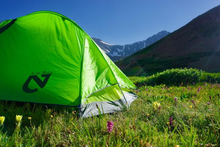 Grünes Zelt auf einer Bergwiese