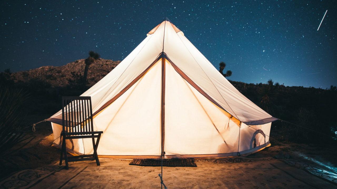 Ein erleuchtetes Zelt bei Nacht aus dem Zeltstoff Poly-Baumwolle