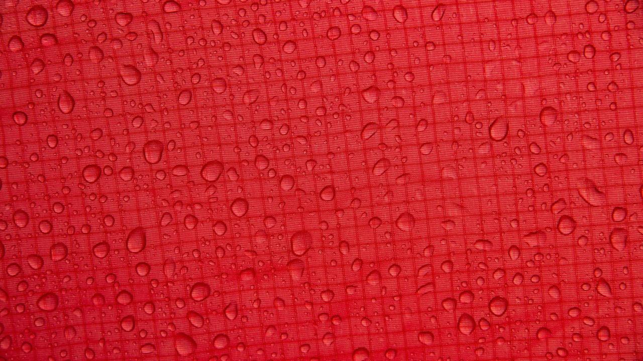 Nahaufnahme eines roten Zeltmaterials aus Ripstop-Nylon