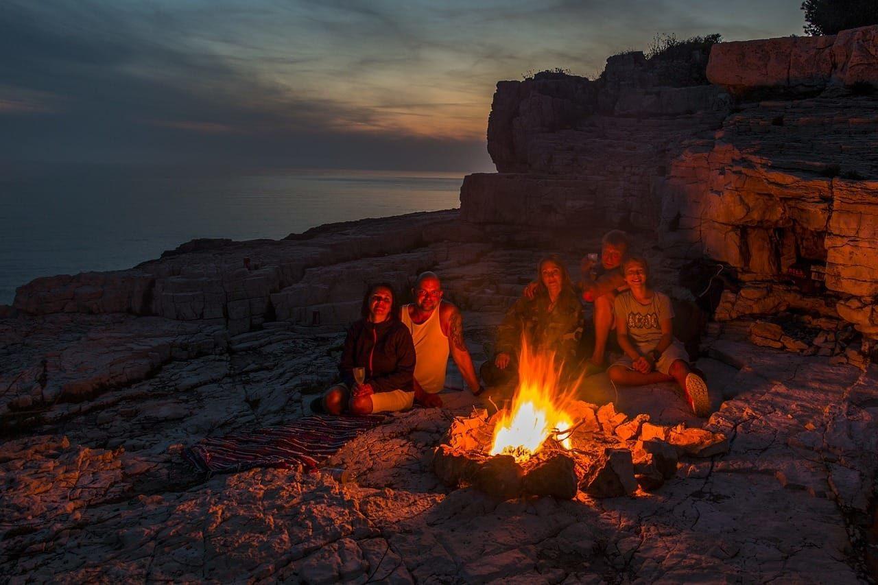 Lagerfeuer in der Natur Gruppe Menschen