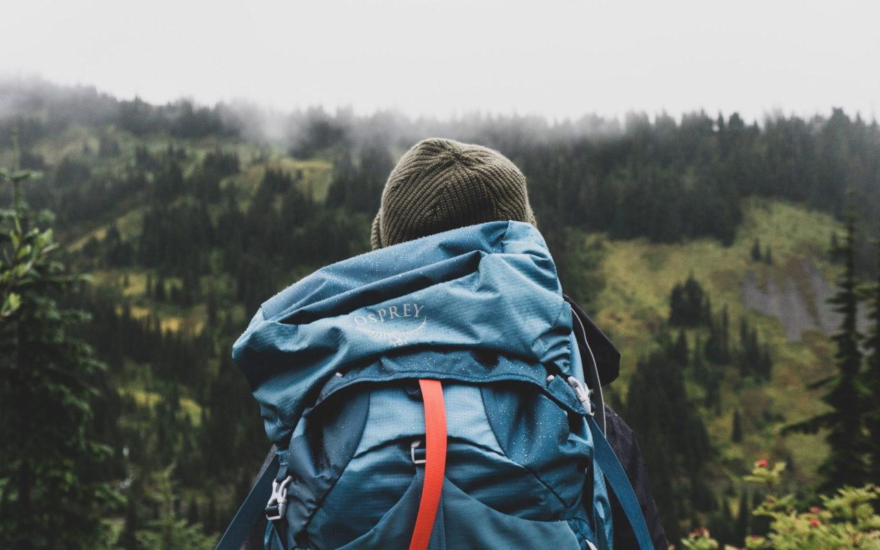 Tour mit Rucksack und Zelt durch ein Tal