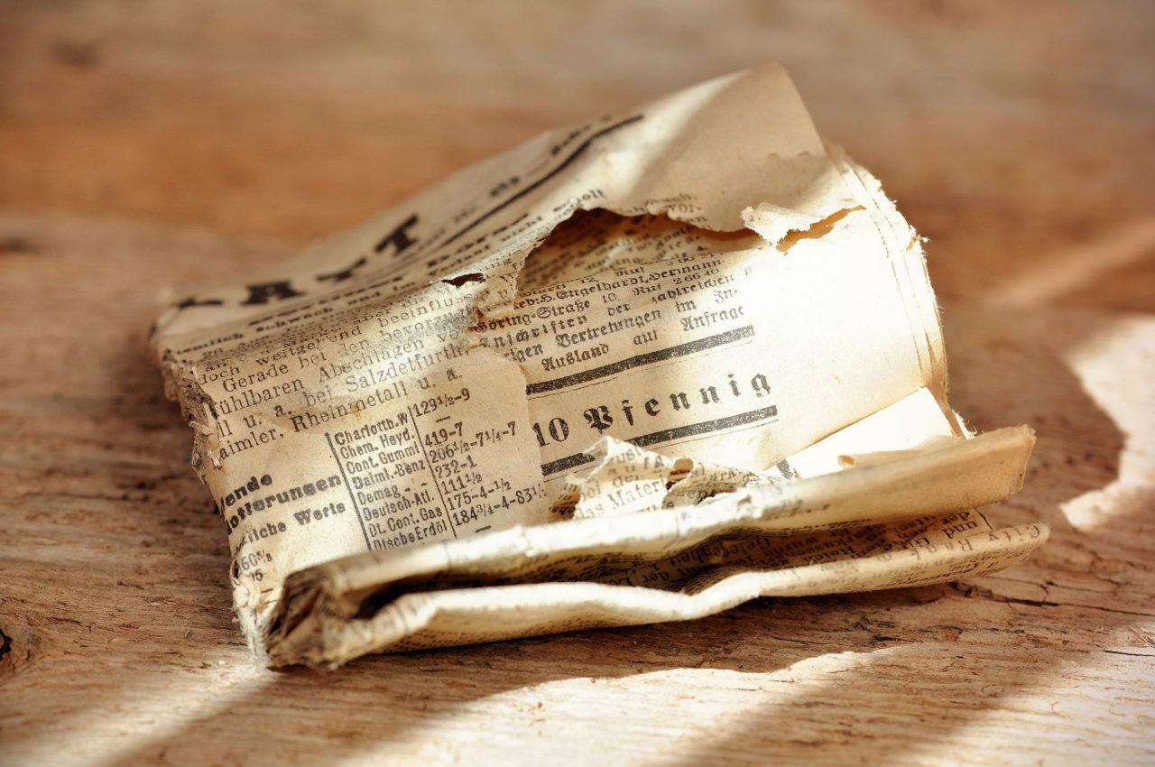 Alte Zeitung auf Holz
