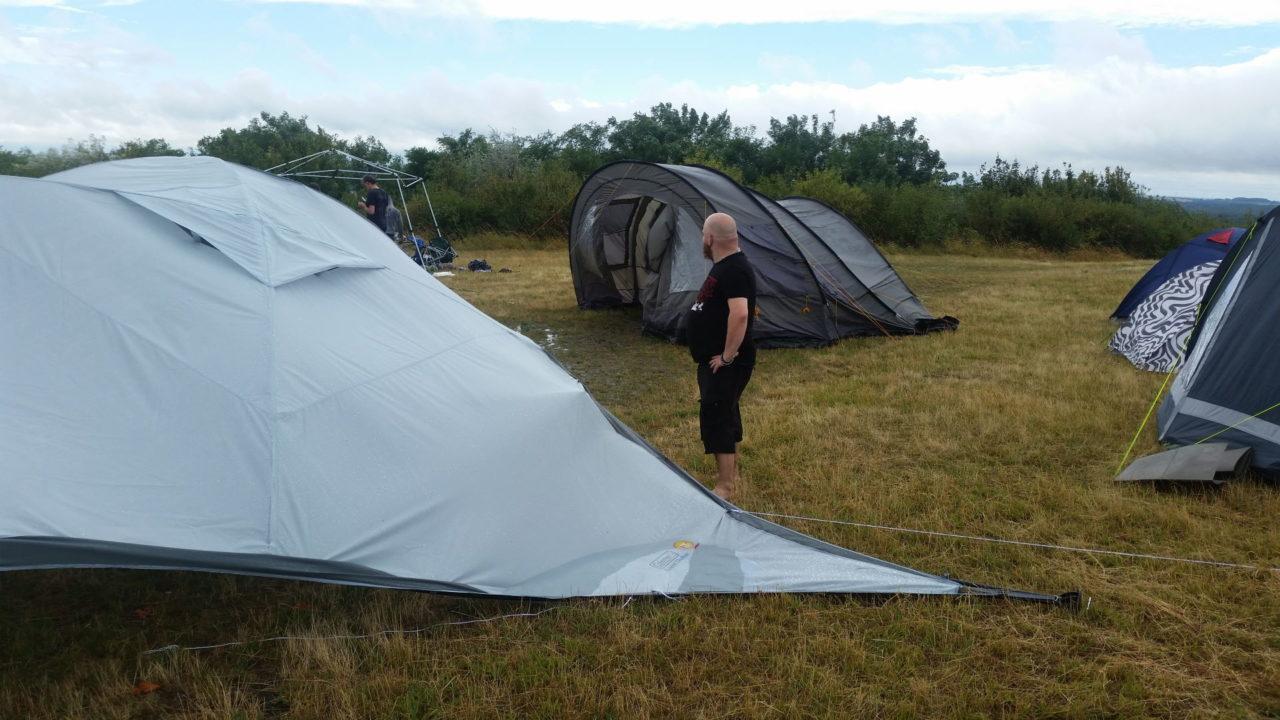 Beschädigte Zelte und Pavillons nach einem Sturm