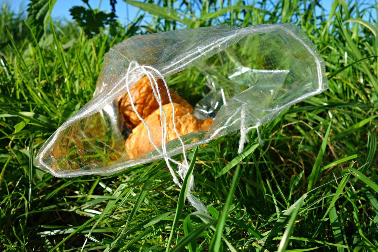 Croissants in einer Plastiktüte