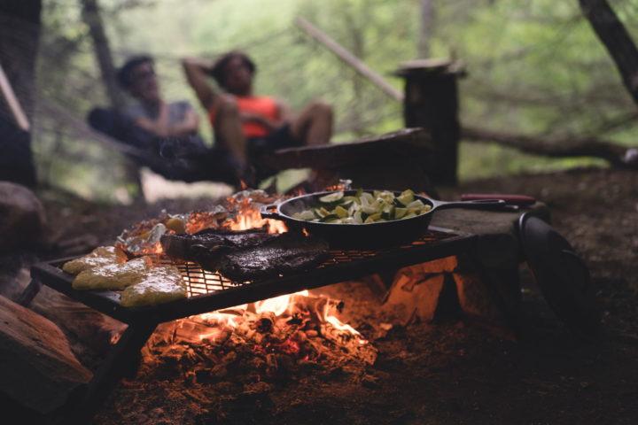 Fleisch und Gemüse in der Bratpfanne auf einem Grill