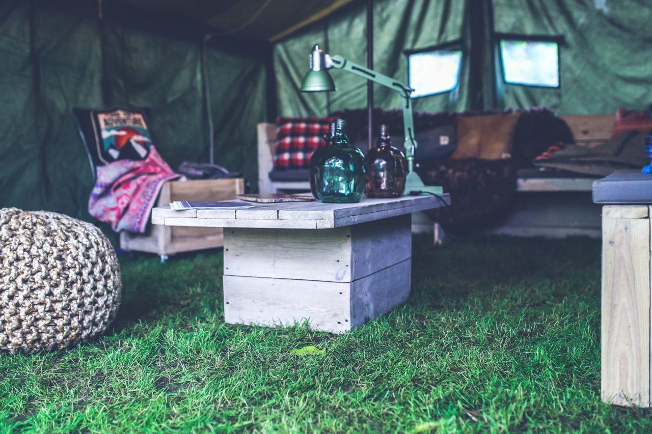 Gemütliches Wohnzimmer in einem Zelt