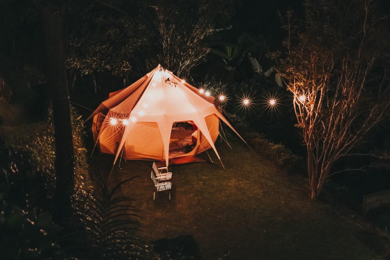 Großes Zelt mit Lichtkette bei Nacht
