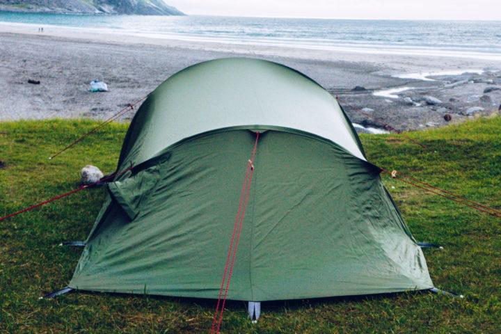 Mit Sturmleinen abgespanntes Zelt an der Küste