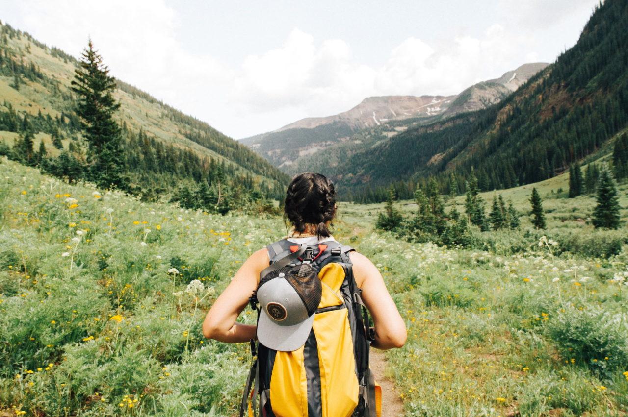 Mit dem Trekkingzelt auf einer Rucksack-Wanderung durch die Berge