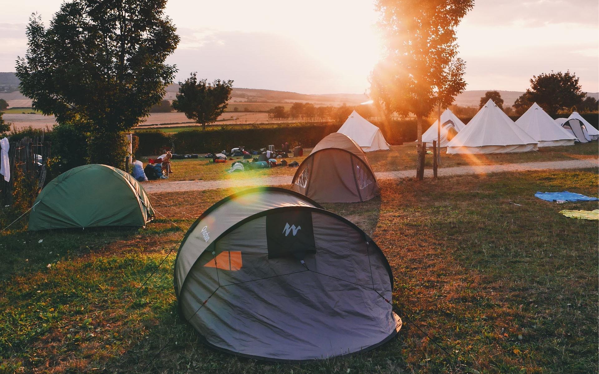 Zelte auf einem Zeltplatz im Sonnenuntergang