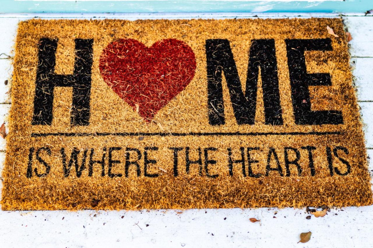 Braune Fußmatte mit Herz
