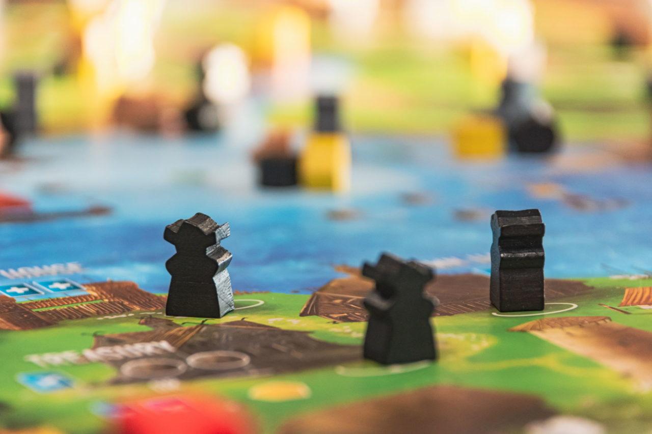 Nahaufnahme eines Brettspiels mit schwarzen Spielfiguren