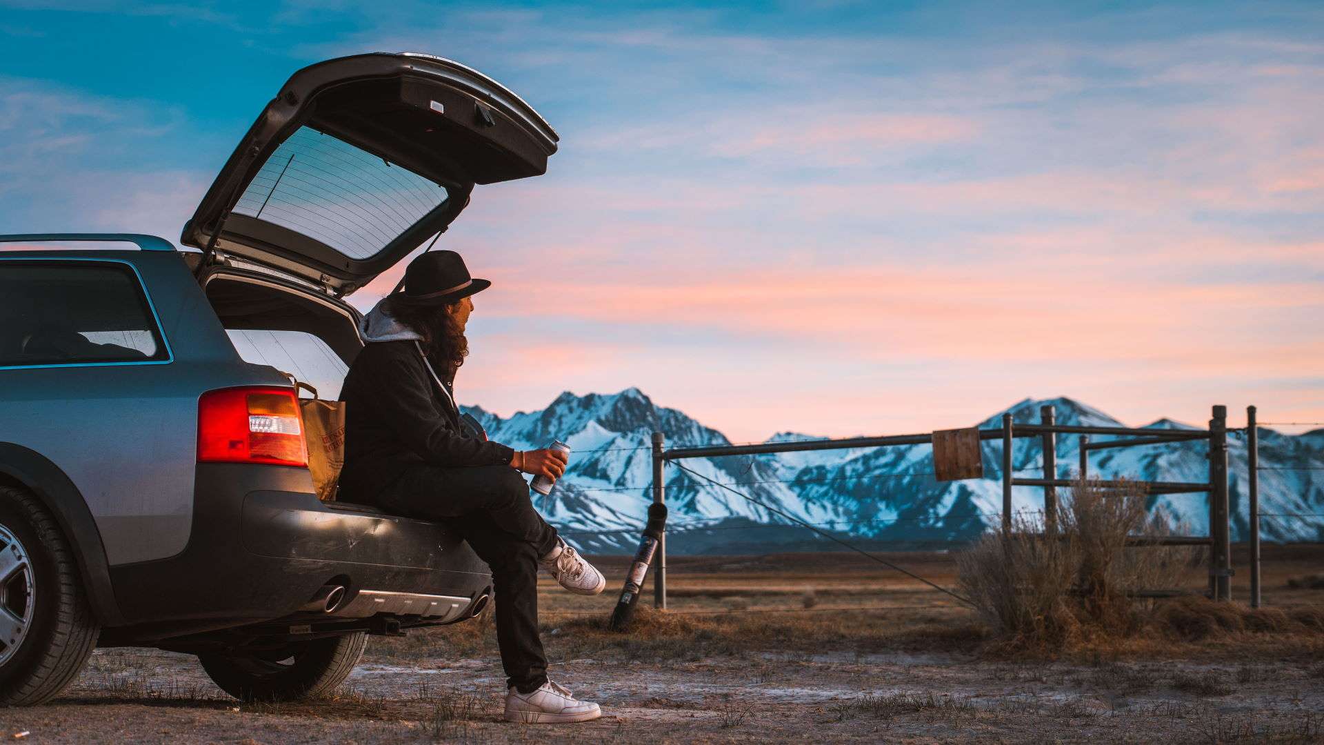Pause im Kofferraum des Autos vor schöner Landschaft