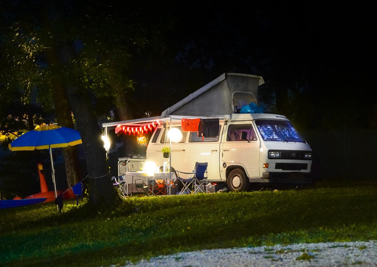 Campingbus mit Strom versorgt