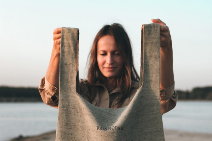 Frau mit großer Tasche aus Leinen und Baumwolle