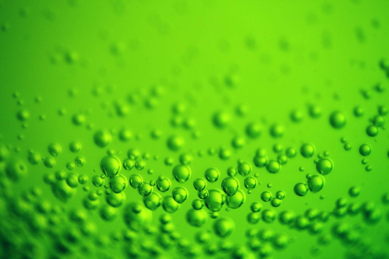 Grüne Flüssigkeit mit Luftblasen