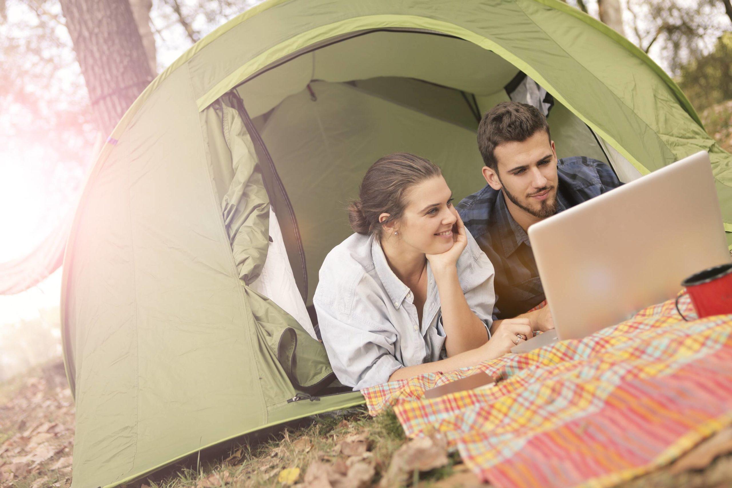 camping im zelt mit laptop stromversorgung