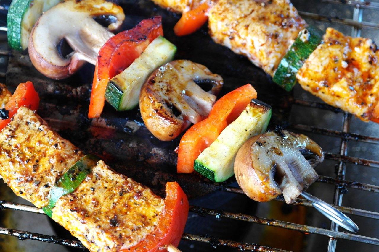 Fleischspieß mit Champignons und Paprika auf dem Grill