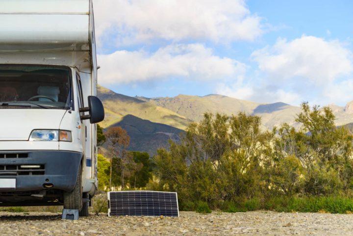 Camper mit Solaranlage Batterie laden
