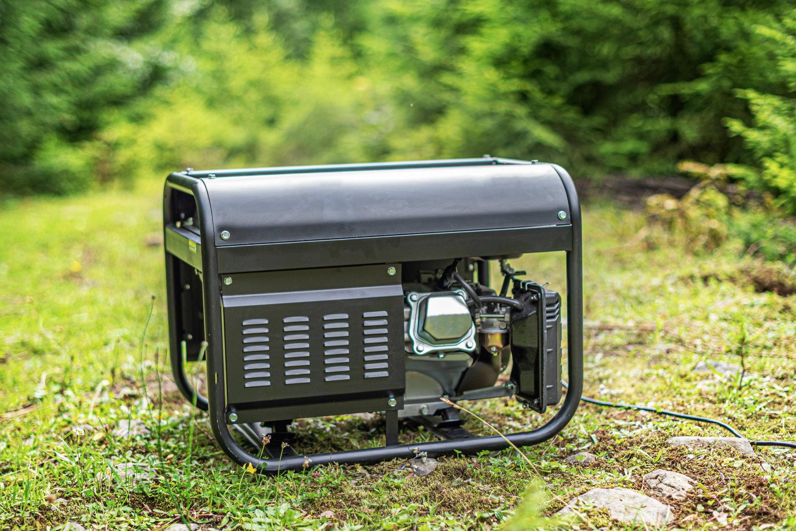 Ein schwarzer Konverter-Stromerzeuger steht im Wald