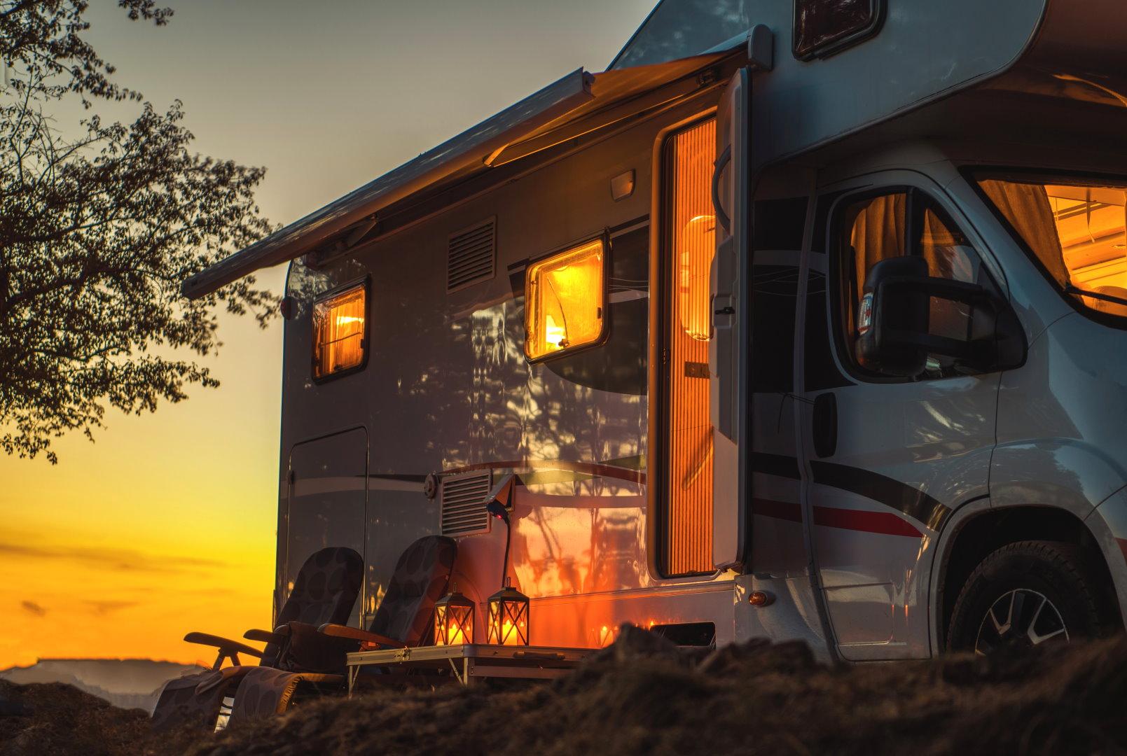 Erleuchtetes Wohnmobil mit Kerzen im Sonnenuntergang