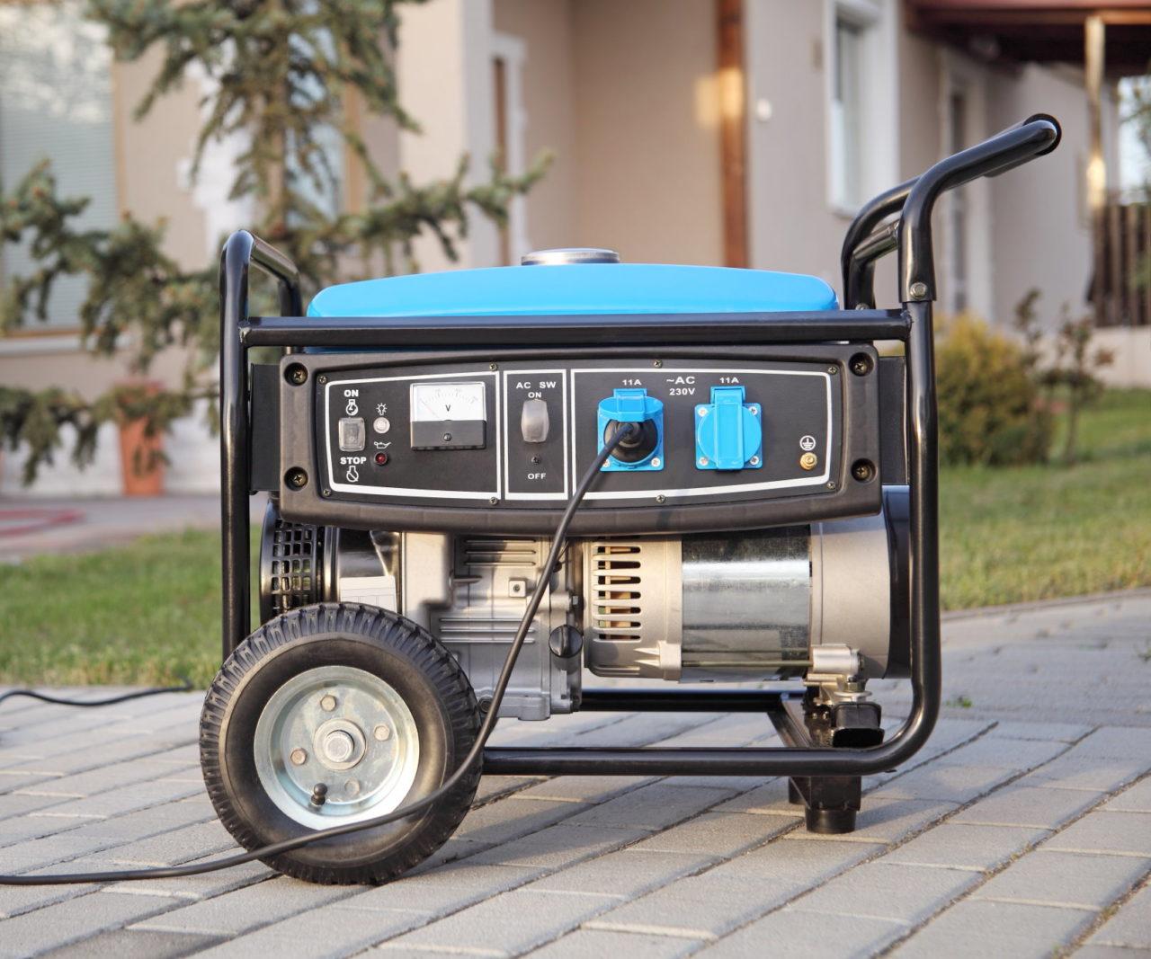 Mobiler Stromerzeuger mit Rädern steht vor einem Haus