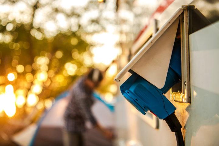 Stecker in der Außensteckdose eines Wohnmobils auf dem Campingplatz
