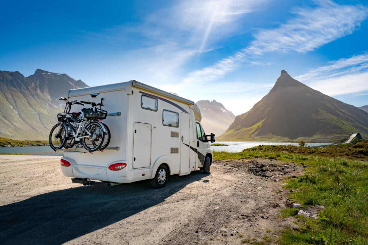 Wohnmobil an einem See im Gebirge