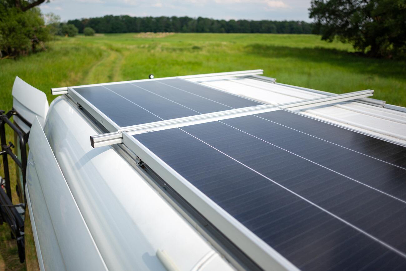 Wohnmobil mit Solaranlage auf dem Dach