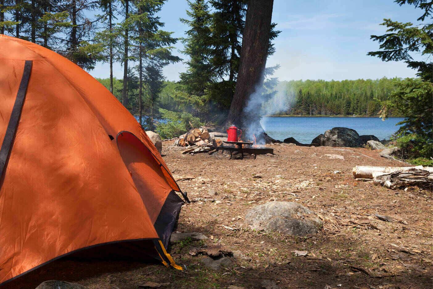 Zelt am See mit Lagerfeuer