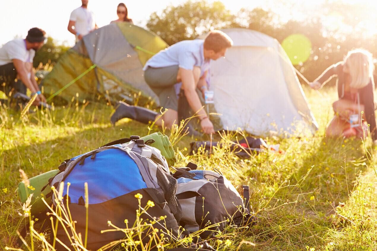 Zelte werden auf Zeltwiese aufgebaut