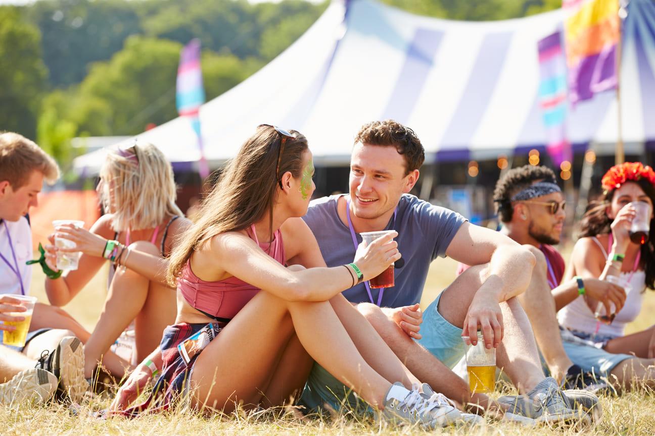Freunde Festival mit Zelt im Hintergrund
