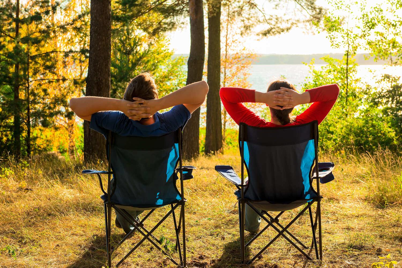 Paar mit Campingstühlen am See