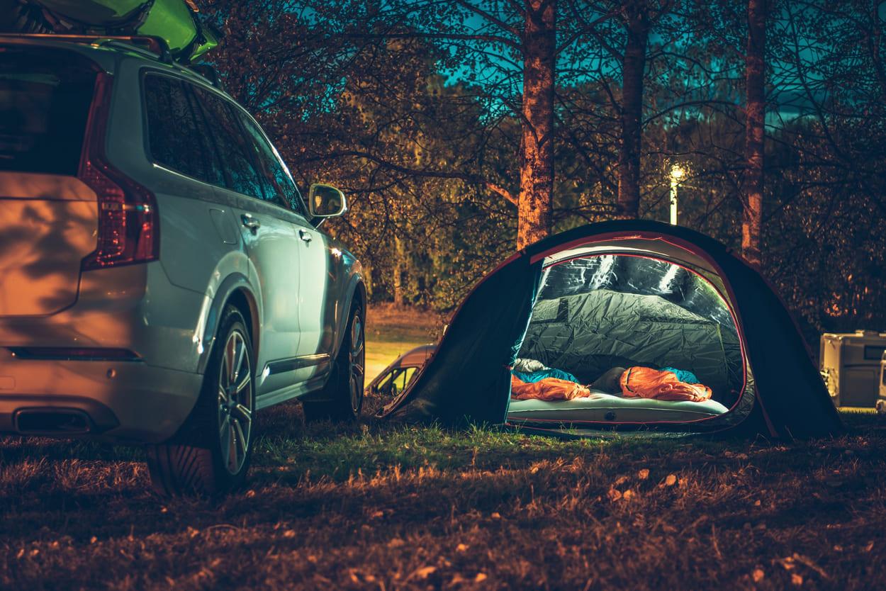 Zelt in der Nacht neben Auto