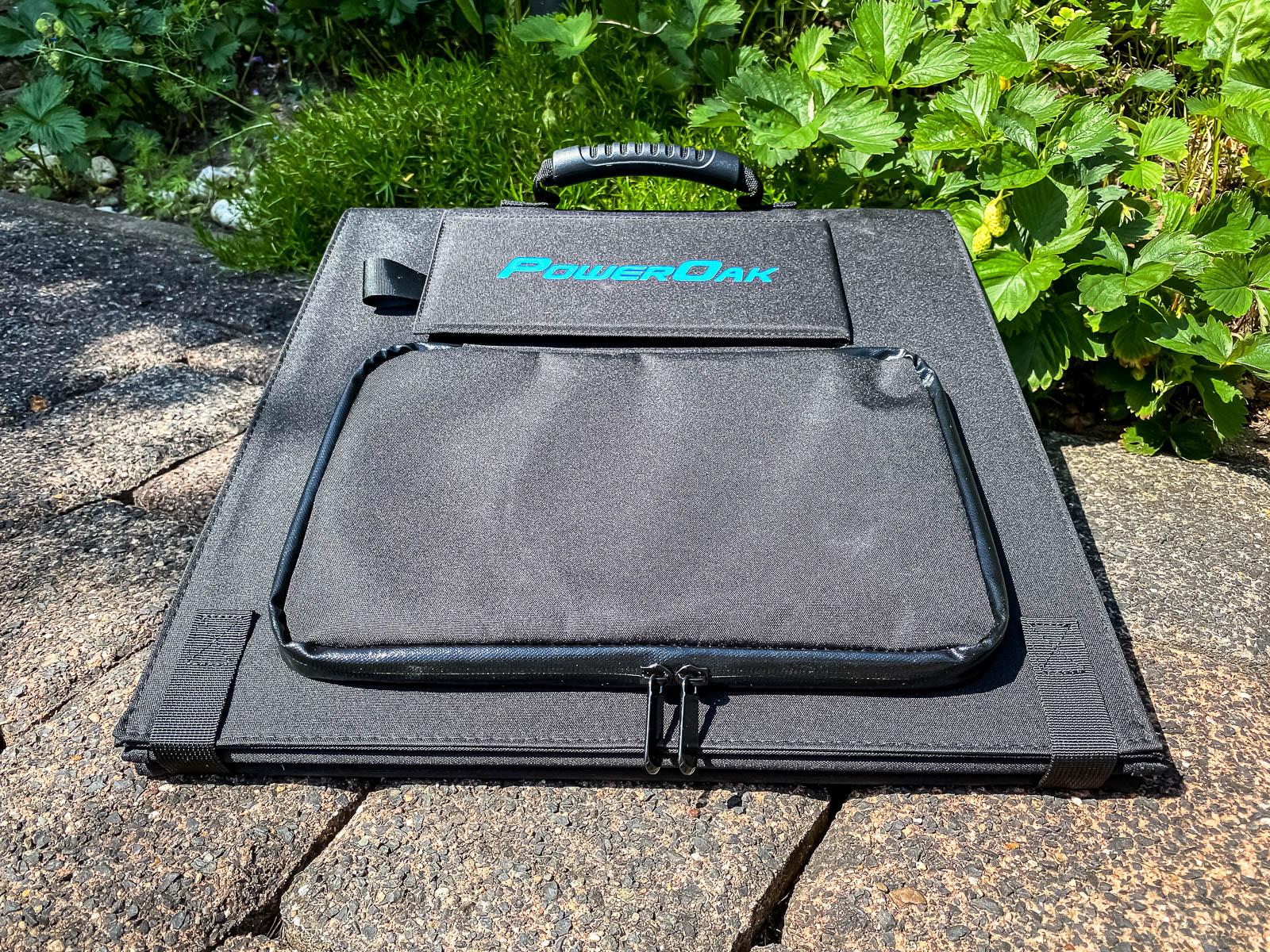 PowerOak Bluetti SP120 Solarpanel Test - Die Solartasche liegt zusammengefaltet auf dem Boden, Vorderseite